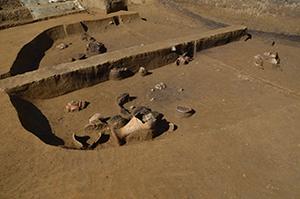 発掘中の竪穴住居。土器がたくさん出土