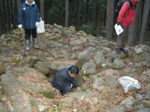 石室の中に入って調査する土生田委員
