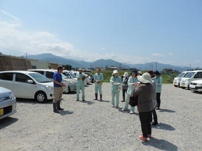 小島・柳原遺跡群での職場研修で、川崎課長さんからのご説明を聞く職員