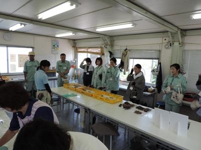 小島・柳原遺跡群の出土遺物についての説明を聞く職員
