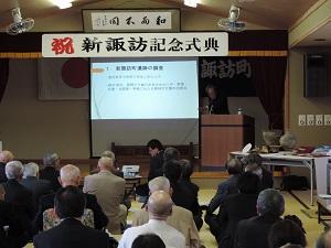 笹澤先生が新諏訪町遺跡について解説している様子