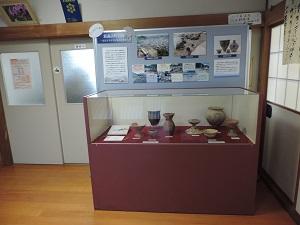 平成の発掘で見つかった土器や石器、発掘写真を展示した様子