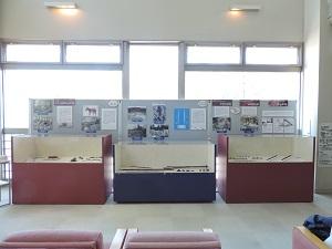 展示したケースや写真パネルが並んでいます。