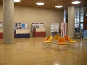 長野市役所市民交流スペースでの展示された遺物や写真の様子