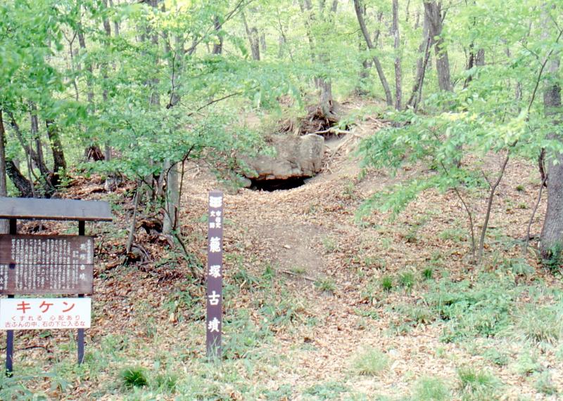 籠塚古墳の写真です。正面に入口が見えます。
