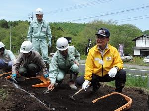 加藤市長が発掘している様子