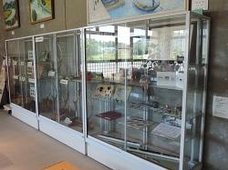 公民館に入って右側に展示ケースが3台あります。このうちの一番入り口側のケースに展示をしている様子