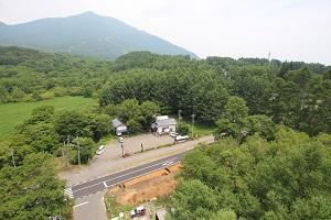 奥に飯縄山が、手前にバードラインと調査地が写っています。