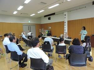 長野市内で見つかった勾玉を見ながら説明を聞く参加者