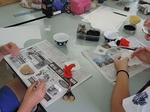 生徒が半紙とタンポを使って、土器の拓本をとっている様子
