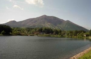 上ケ屋遺跡周辺の写真です。手前に大座法師池、奥には飯縄山が写っています。