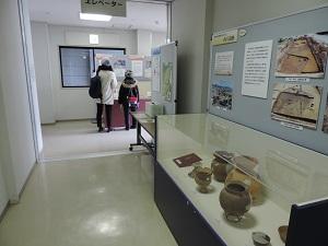 展示を見る親子2名が写っています。