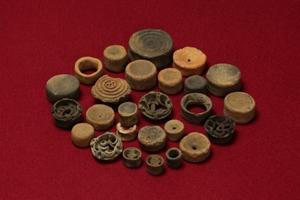 宮崎遺跡から出土した耳飾り26個の写真です。