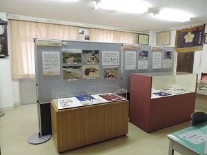 展示室の様子です。パーテーションを挟んで4台の展示ケースが2台ずつ背中合わせに配置されています。