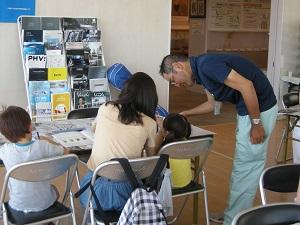 センターのスタッフ1名が参加者に石の削り方のアドバイスを行っている様子。
