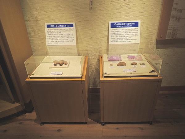 出土品が入れられた2台の展示ケースの写真です