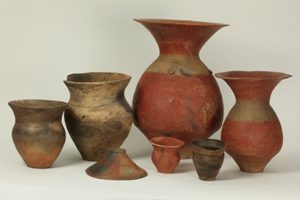 箱清水式土器の写真です。赤い壺2個、甕4個、蓋1個が写っています。
