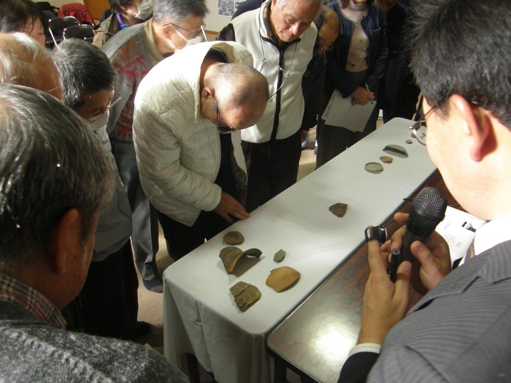 受講者が土器クイズに参加している様子