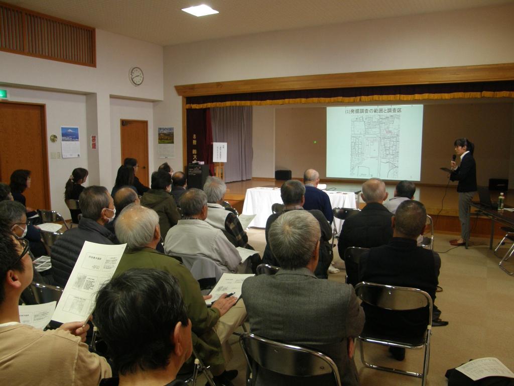 講師が芹田東沖遺跡について説明している様子