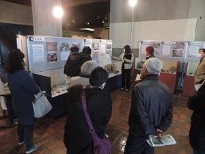 研究員が速報展の展示解説を行っています。