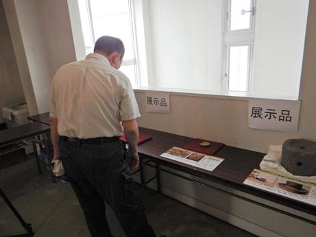 報告会場で展示してある出土品を見学しているようす