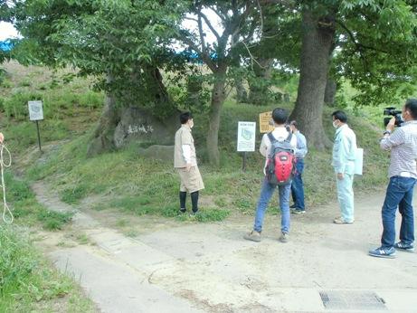 長沼地区の天王宮での、テレビ番組の現地取材のようす