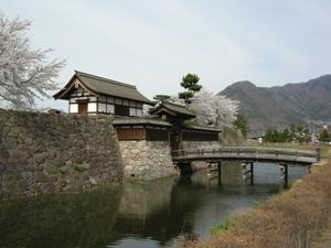 松代城跡の復元された太鼓門、木橋、堀の写真です。