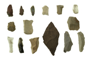 上ケ屋遺跡から出土した石器15個の写真です。