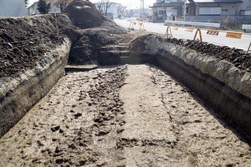 上部が平坦な幅約2mのあぜがまっすぐにのびています。あぜの左側には洪水で流された水田の粘土が水田面を覆うように堆積しています。