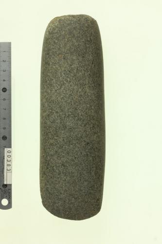太型蛤刃石斧1本の写真です